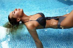 asena-bikinili-pozlar-15